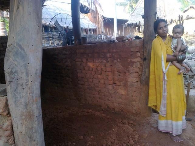 Mujer tribal en su cabaña de Jadapur