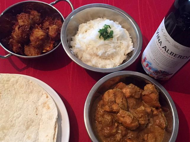 Curry de pollo con coriandro y bhaji de patatas