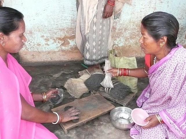 mujeres haciendo varitas de incienso