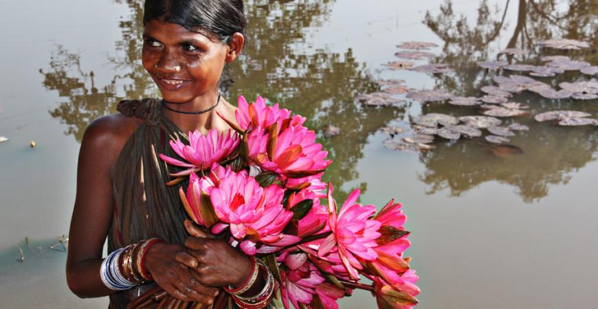 Mujer Odisha con flores de nenúfar